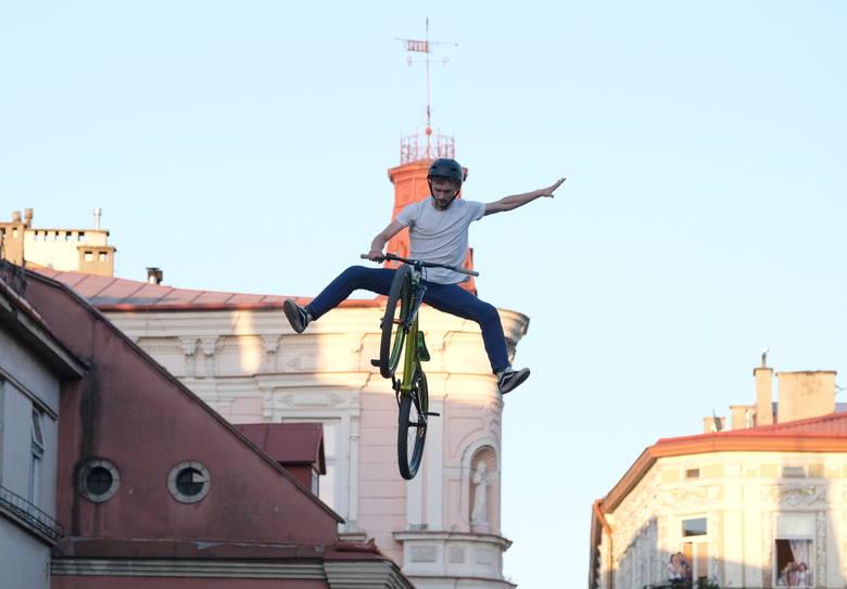 Za nami Bike Town Festiwal 2018 w Przemyślu. W niedzielę odbyły się zawody Dirt FMB World Tour - niezwykłe skoki i triki na płycie rynku.Zobacz także: