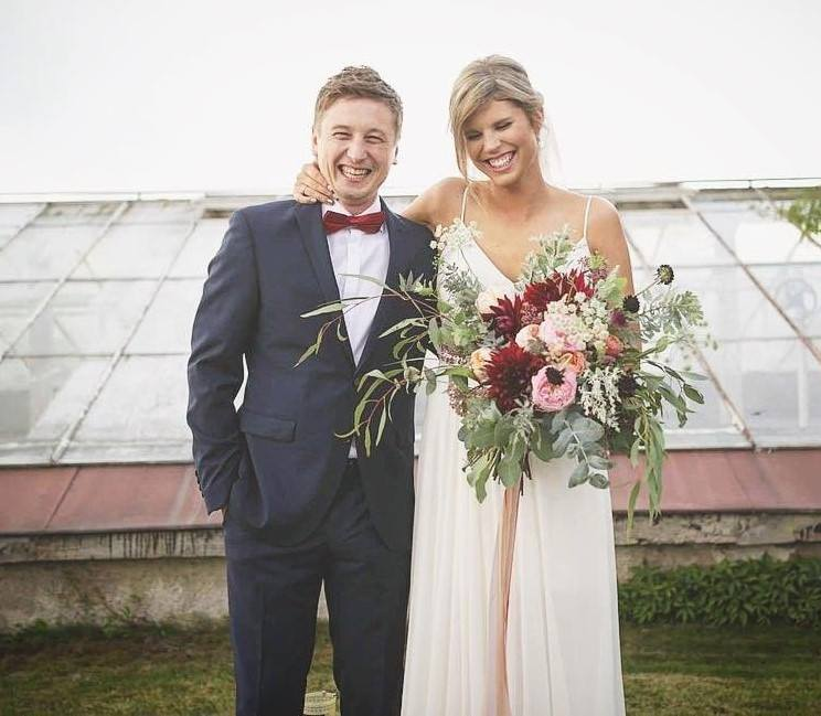 """Magdalena Święciaszek i Grzegorz Łapanowski – para powiedziała sobie sakramentalne ,,tak"""" 26 sierpnia w kościele w Ołtarzewie. Panna młoda wybrała piękną,"""