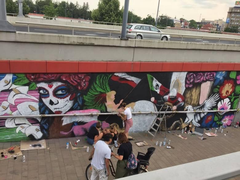 Kraków. Nowy mural powstaje na rondzie Mogilskim. Trochę odbiega od wizualizacji...