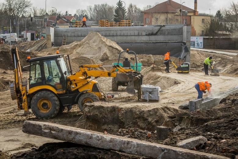 Bydgoszczanie z niecierpliwością czekają na zakończenie prac przy rozbudowie Trasy Uniwersyteckiej. Kilka dni temu zajrzeliśmy na plac budowy. Zobaczcie,