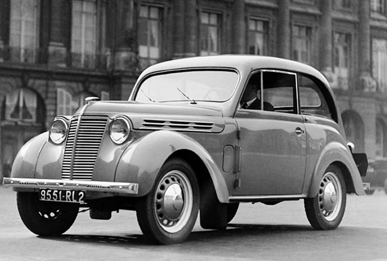 Dzięki samonośnemu nadwoziu Renault Juvaquatre ważył tylko około 750 kg, więc silnik o mocy 23 KM wystarczał, by rozpędzić auto do prędkości powyżej 100 km/godz.