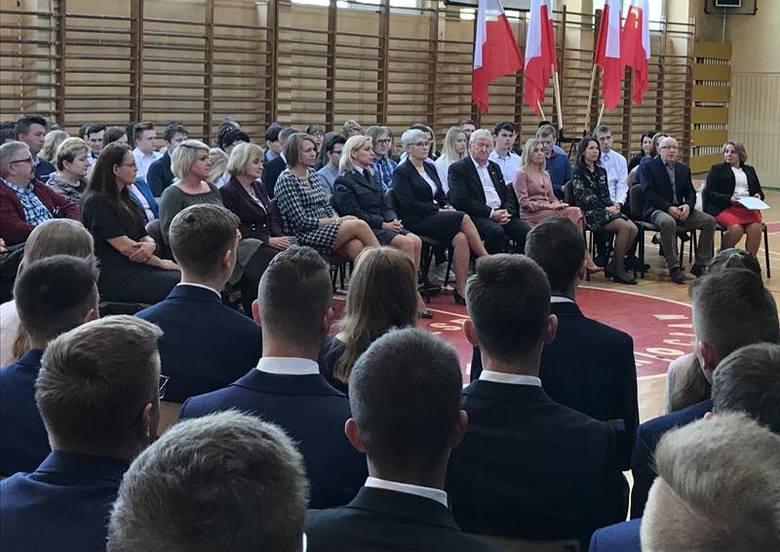 """Uroczystość zakończenia roku szkolnego klas maturalnych odbyła się w Zespole Szkół Ponadgimnazjalnych nr 5 """"Budowlanka"""" w Inowrocławiu."""