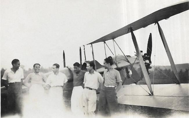 Ezio Micheli z kolegami na lotnisku w Casercie