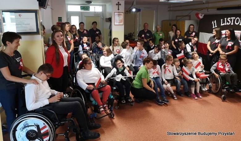 Uczniowie radomskiej szkoły specjalnej pokazali w czasie patriotycznej uroczystości, że komunikacja nie ma barier.