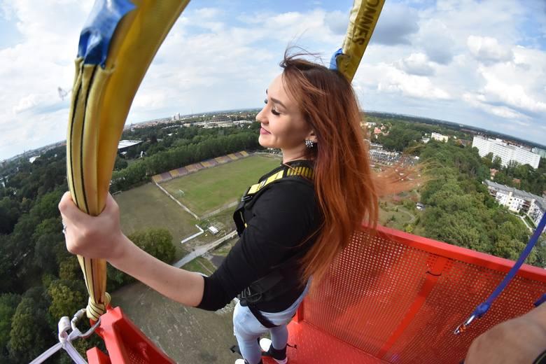 Skoki na bungee to jedna z najbardziej ekstremalnych atrakcji we Wrocławiu