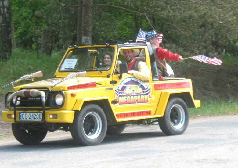 VI Zlot Samochodów Amerykańskich i Zabytkowych w grudziądzkim MegaParku rozpoczęła w sobotę parada około 80 aut.