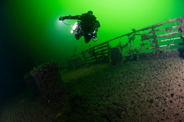 """Płetwonurek z elitarnej trójmiejskiej grupy nurków technicznych Baltictech nad wrakiem transportowca ,,Wilhelm Gustloff"""". Ten sam zespół, kierowany przez Tomasza Stachurę, w ramach operacji ,,SANTI Odnaleźć Orła"""" od kilku lat prowadzi poszukiwania tego okrętu podwodnego na Morzu Północnym."""