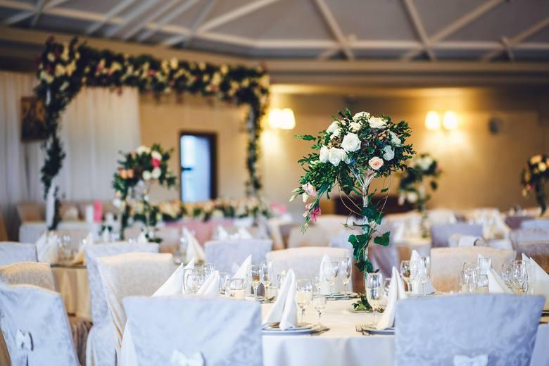 Początek roku to doskonały moment, by rozejrzeć się za salą weselną na swój ślub. Przygotowaliśmy więc subiektywne zestawienie TOP 21 sal weselnych w