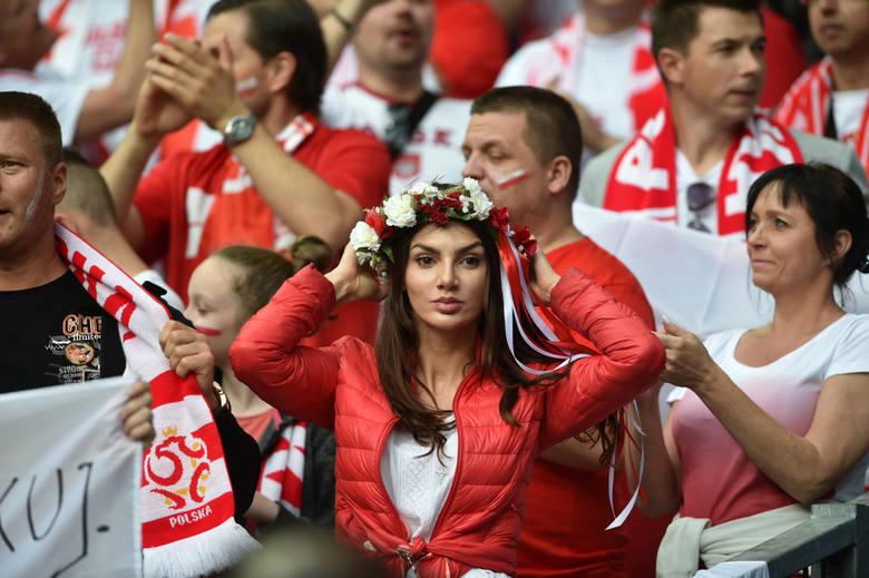 Polska - Niemcy. Piękne fanki na trybunach stadionu w Paryżu [GALERIA]