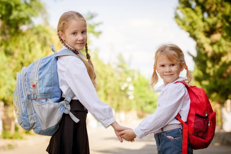 """Program """"Dobry Start"""" to 300 zł jednorazowego wsparcia dla wszystkich uczniów, którzy rozpoczynają rok szkolny. Rodziny otrzymają świadczenie bez względu"""