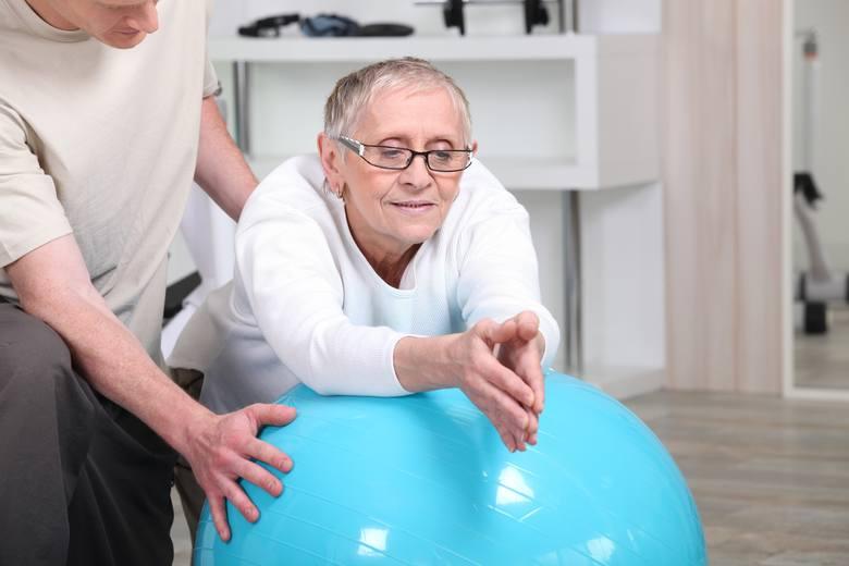 Leczeniu reumatoidalnego zapalenia stawów powinna towarzyszyć odpowiednio dopasowana aktywność fizyczna, np. spokojne ćwiczenia poprawiające ruchomość