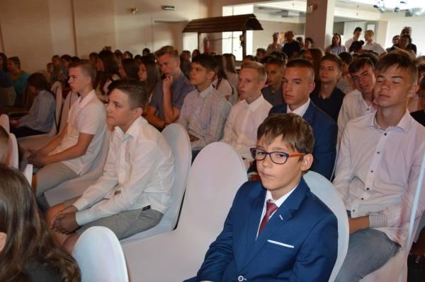 Najlepsi żarscy sportowcy nagrodzeni przez burmistrz Danutę Madej.