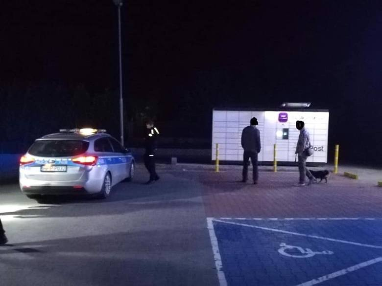 Pijana kobieta zamknęła psa w paczkomacie w Woli koło Pszczyny. Zrobiła to dla zabawy. Potrzebni byli strażacy
