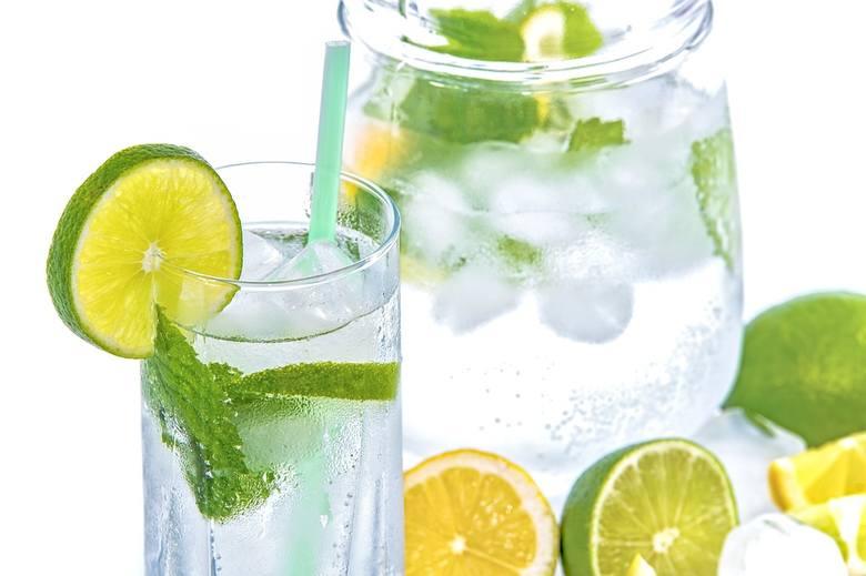 Początkowy etap wyrabiania nawyku picia wody może nie być łatwy, szczególnie jeśli do tego czasu piliśmy jej bardzo mało. Jak przyzwyczaić się do picia