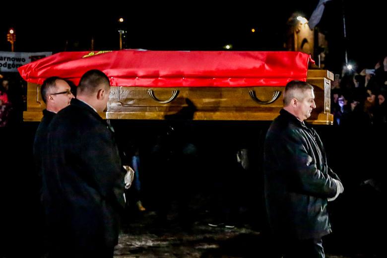 Gdańsk żegna swojego prezydenta. Tysiące ludzi w kondukcie żałobnym i Bazylice Mariackiej