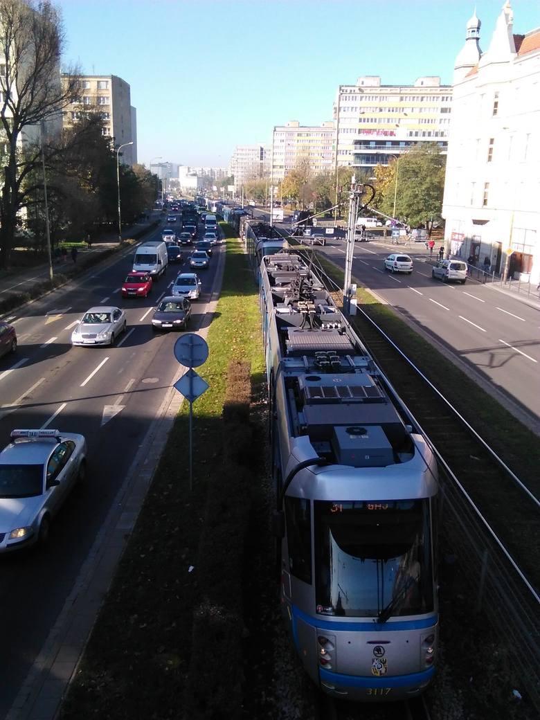 Wypadek na Legnickiej. Tramwaj zderzył się z ciężarówką (ZDJĘCIA)