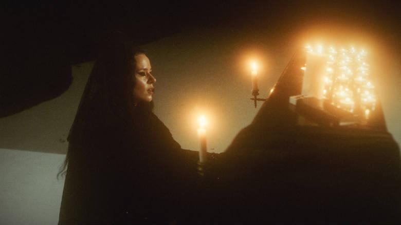 """Kasia Lins to jedna z najlepszych artystek w Polsce. W klipie do singla """"Morze Czerwone"""" Kasia Lins wykorzystuje rytuały ceremonii żałobnej"""
