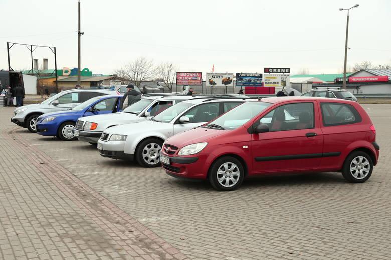 Z giełdy w Sandomierzu można było w sobotę, 13 marca wyjechać własnym samochodem. Jakie auta i za ile oferowano?Giełda w Sandomierzu jest jednym z nielicznych