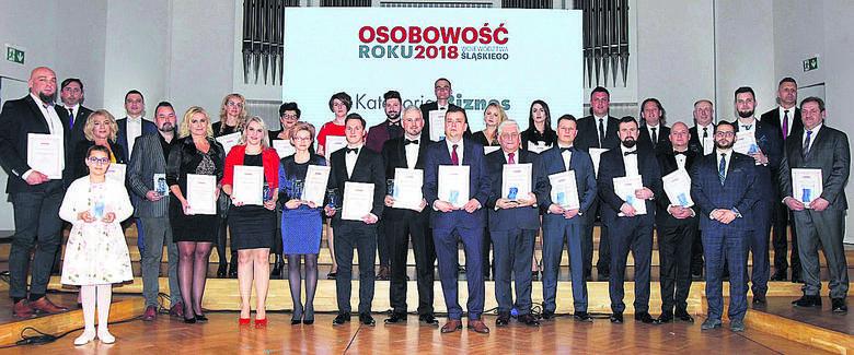 """To za ich sprawą gospodarka w miastach woj. śląskiego się rozwija. Na zdjęciu widzimy wszystkich laureatów miejskich i powiatowych w Śląskiem w kategorii """"Biznes"""", którzy zostali nagrodzeni podczas naszej gali"""