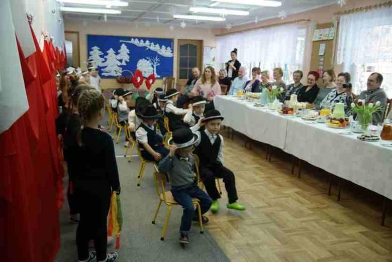 """We wtorek (1 marca) z okazji Wyzwolenia Rzepina w Przedszkolu Samorządowym nr 3 """"Jarzębinka"""" odbyły się występy dzieci z grup IV, V.Przedszkolaki zaprezentowały"""