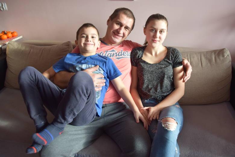 Dima i Ola z ukochanym tatą w domu w Strzelcach Krajeńskich