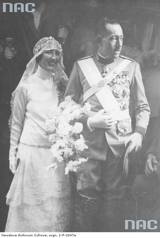 Para młoda w otoczeniu gości po ceremonii zaślubin.