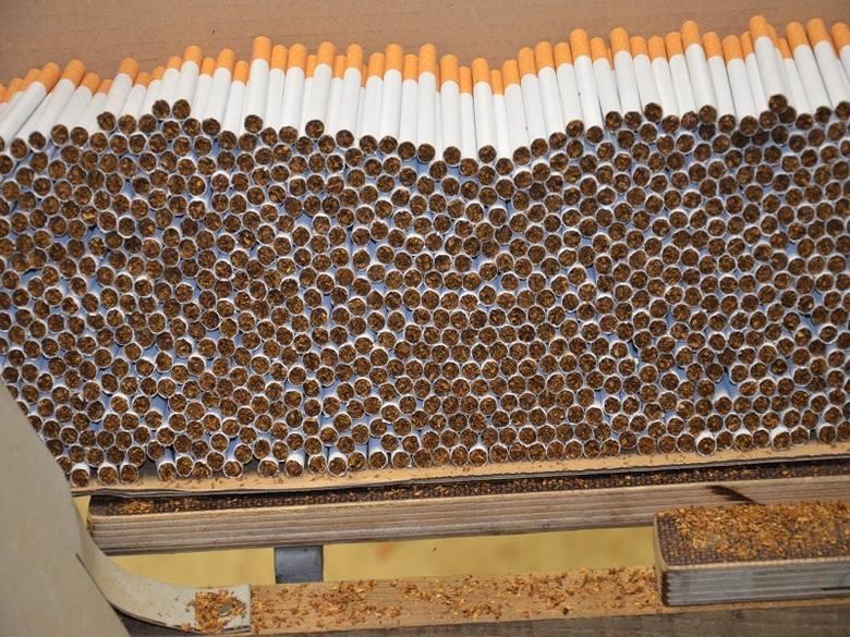 W miejscowości położonej w okolicach Rzgowa działała nielegalna fabryka produkująca papierosy. Gdy funkcjonariusze Łódzkiego Urzędu Celno–Skarbowego
