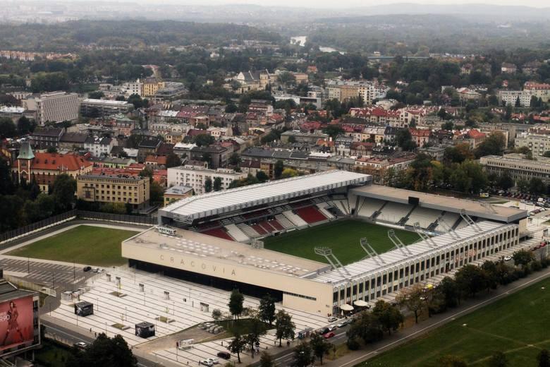 Można wykorzystać stadion Cracovii na 15 tys. widzów. Jedna z trybun jest przystosowana do tego, by zmienić się w scenę koncertową.