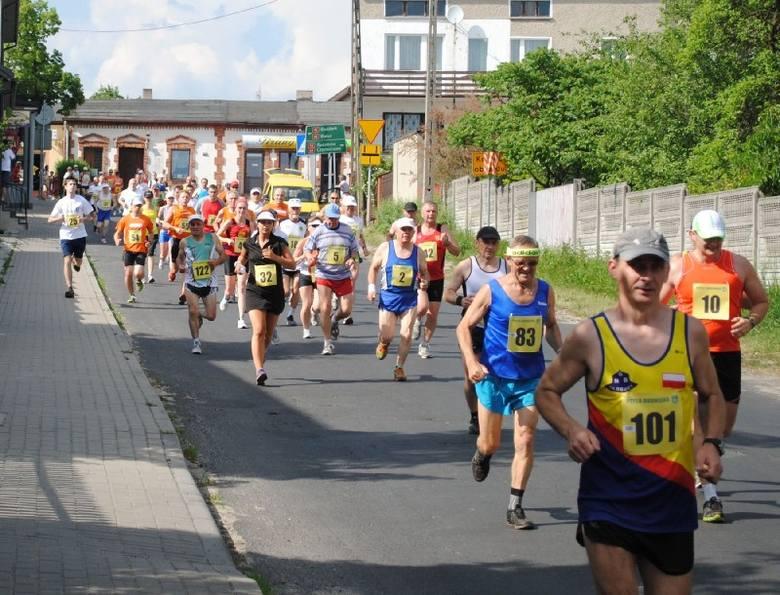 """144 biegaczy wystartowało w biegu głównym podczas XVIII Ogólnopolskiego Biegu Masowego """"Pętla Rudnicka"""" w Rudnikach. W biegach dzieci"""