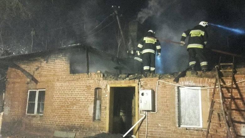 Jak udało nam się ustalić ogień w budynku w miejscowości Wielki Komorsk (powiat świecki) pojawił się około godziny 15. Na miejscu pojawiło się aż jedenaście