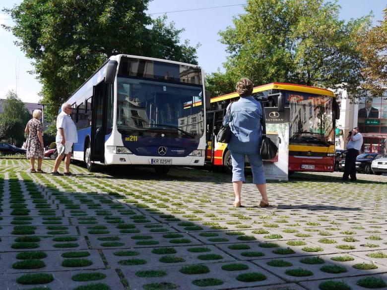 Nowe modele rzeszowskich autobusów. Trwa prezentacja przy ratuszu [FOTO]