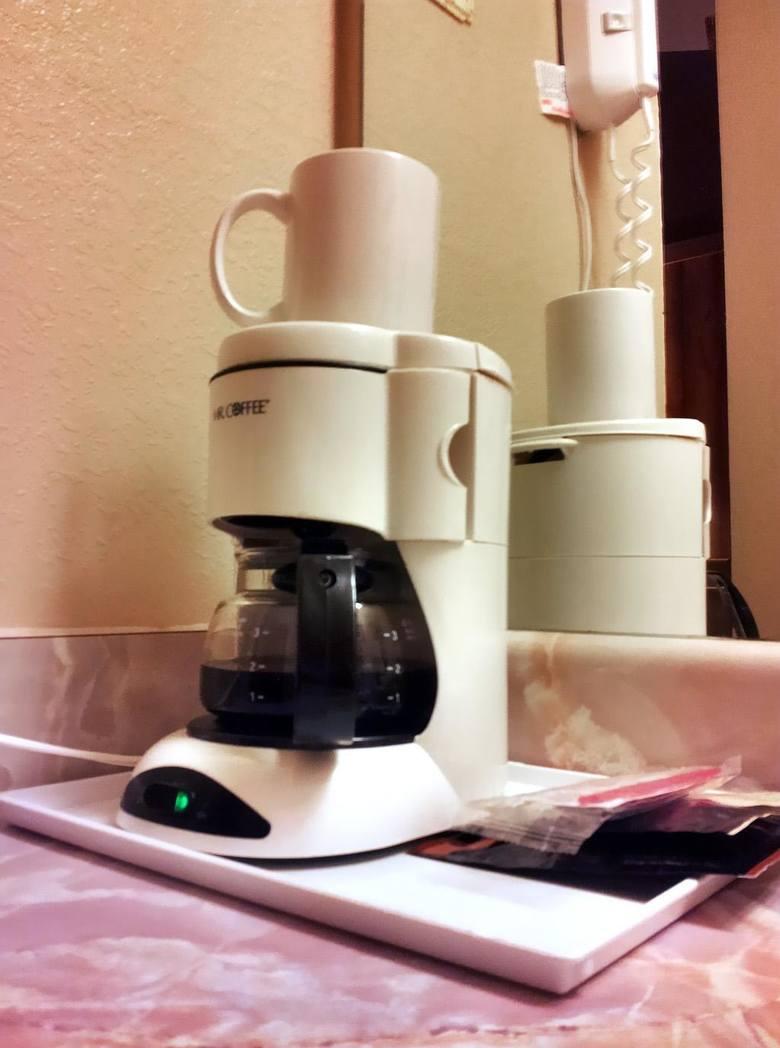 Przelewowy ekspres do kawy to stosunkowo proste rozwiązanie. Zapewnia możliwość przygotowania większej ilości kawy i podtrzymywania jej temperatury.