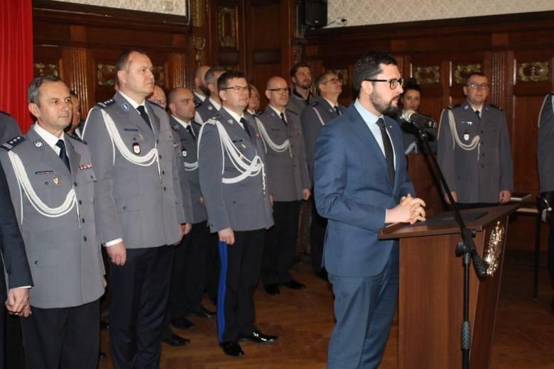 Dzisiaj odbyło się uroczyste ślubowanie, które przyjął Komendant Wojewódzki Policji nadinsp. Jacek Cegieła. Teraz przed nowo przyjętymi funkcjonariuszami
