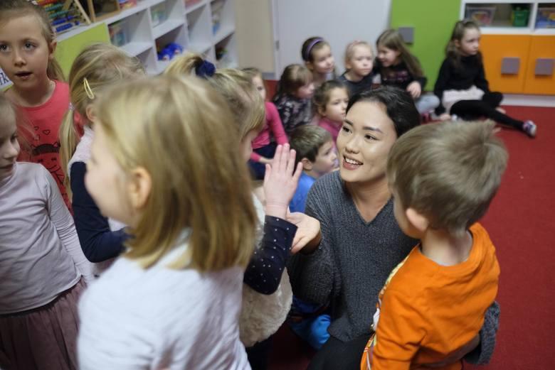 Dzieci z przedszkola miejskiego numer 5 z ul. Dekerta wkrótce poznają też inne kraje – Uzbekistan i Rwandę, a wszystko dzięki studentom pobliskiej Wyższej