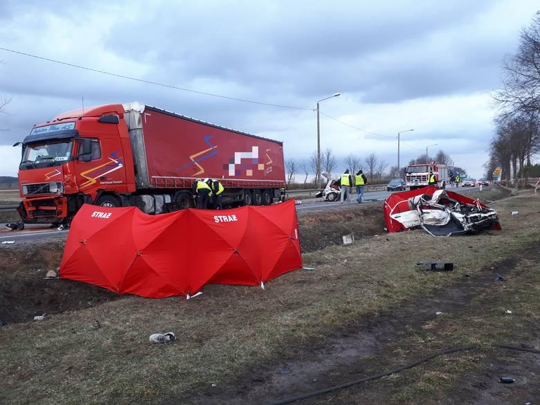 Do tego makabrycznego wypadku doszło w niedzielę 10 marca, około godziny 14. Osobowy mercedes zderzył się z TIR-em. Kierowcy ciężarówki nie stało się