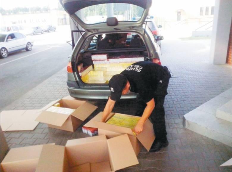 W lipcu pod Gołdapią celnicy zatrzymali kierowcę toyoty. Mężczyzna w swoim aucie przewoził 5 tysięcy paczek papierosów bez polskiej akcyzy. Funkcjonariusze