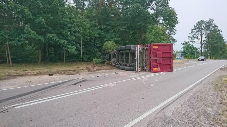 - Ze wstępnych ustaleń wynika, że kierujący toyotą  z nieznanych przyczyn zjechał na przeciwległy pas ruchu, a kierujący pojazdem TIR w celu uniknięcia