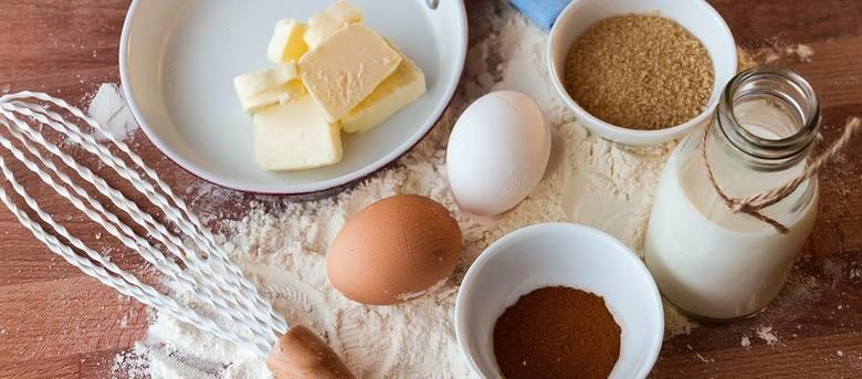 Składniki do ciasta najlepiej wyjąć wcześniej lodówki, aby ogrzały się.