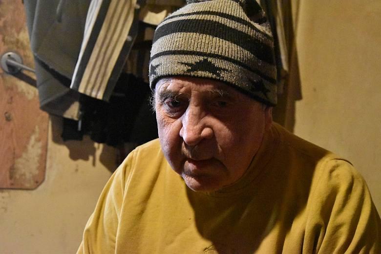 Jerzy Zalewski w swoim mieszkaniu na poddaszu małej kamienicy w centrum Strzelec. Mówi, że czuje się oszukany. Formalnie ziemię biznesmenowi sprzedał,