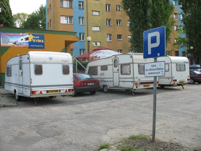 Na parkingu przy ul. Niedziałkowskiego stoją trzy przyczepy campingowe. Tarasują miejsce na auta mieszkańców osiedla Hutnik.