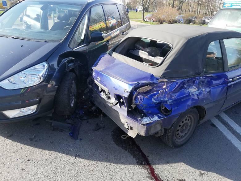 W poniedziałek w godzinach porannych na skrzyżowaniu przy ulicy Jana Pawła II w Koszalinie doszło do zderzenia trzech pojazdów.Ze wstępnych ustaleń wynika,