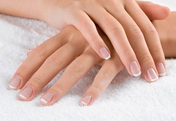 Sposób na wysuszone dłonie. Jak pielęgnować dłonie zimą?