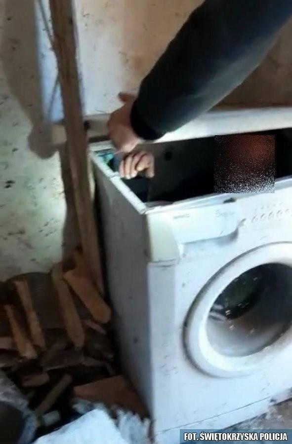 -Przez okrągły otwór do ładowania prania policjanci zobaczyli rękę.