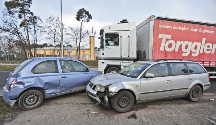 Do wypadku doszło w piątek 11 marca z samego rana na zjeździe z ronda w kierunku ul. Sulechowskiej. Kierowca nissana zajechał drogę kierującemu passatem.Kierowca