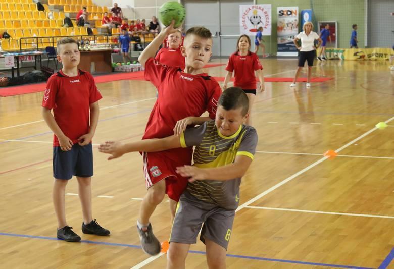 Szkoła Podstawowa z malutkiego Kłucka w gminie Radoszyce zagrała w finale dziecięcej piłki ręcznej w Kielcach i zajęła czwarte miejsce