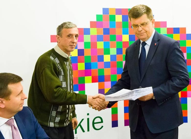 Grzegorz Wasilewski (z lewej) wręczył marszałkowi Jerzemu Leszczyńskiemu podpisy mieszkańców Zambrowa i okolic. Złożyły je osoby przeciwne połączeniu spółek PKS.