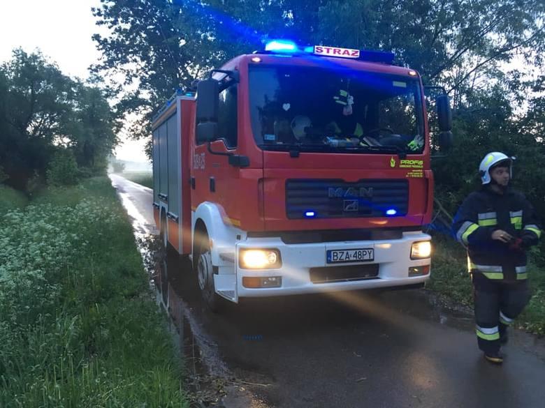 To był pracowity wieczór dla strażaków z powiatu zambrowskiego. Doszło do wypadku, dwóch kolizji, zalania posesji, złamań drzew, a nawet pożaru śmietnika.