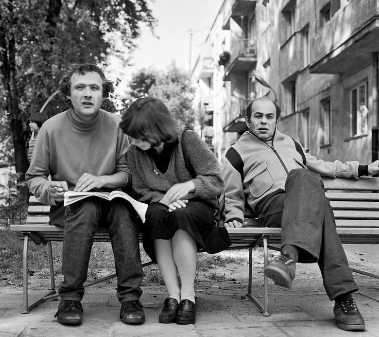 Od lewej: Adam Michnik, Helena Łuczywo i Jacek Kuroń, na ławce przed mieszkaniem Kuronia. To konkretne miejsce uważano za stosunkowo bezpieczne, jeśli