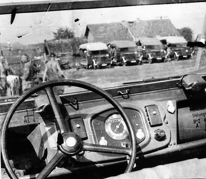 Prawdopodobnie czerwiec-lipiec 1941 r., w drodze na ZSRR. Zdjęcie z wnętrza samochodu Kübelwagen typ 82, w głębi Büssingi NAG Burglöwe<br />