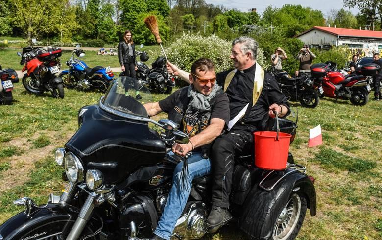 Po raz 22 motocyklowa brać zebrała się na parkingu Tesco przy ul. Toruńskiej, by kolumną na swych maszynach wyruszyć do LPKiW w Myślęcinku.Do motocyklistów